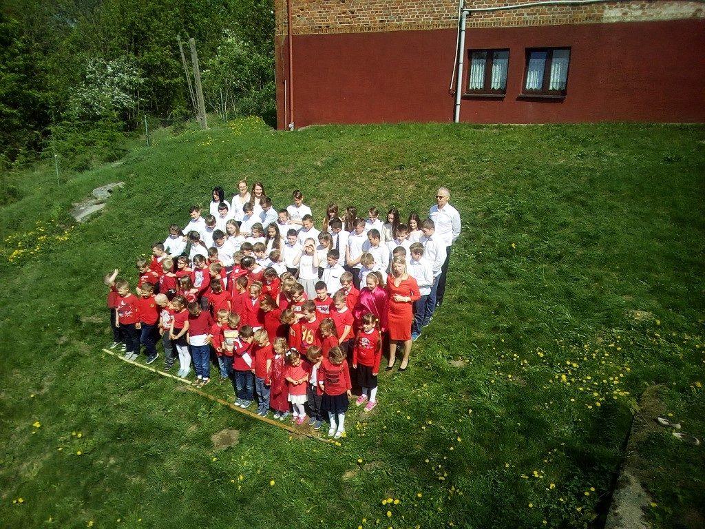 """ywa flaga grupka dzieci wraz z nauczycielami formuje flagę Polski 1024x768 - """"Żywa flaga"""" w Szkole Podstawowej w Wielkim Leźnie"""