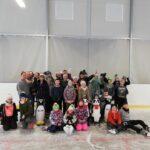 DZieci ze Szkoły Podstawowej w Jajkowie na łyżwach