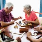Grupa seniorów gra w szachy