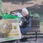 Zdjęcie przedstawia starszą osobę siedząca na ławce na pierwszym planie widać banknoty i monety 150x150 - Strona główna
