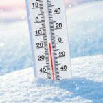 Zdjęcie przedstawia śnieg, mróz i termometr